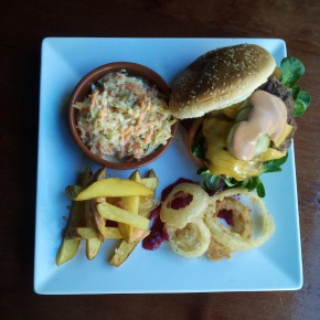 La hamburguesa Angus, con los aros de cebolla, las patatas fritas y la 'coleslaw' (ensalada a base de zanahoria, col y cebolla).